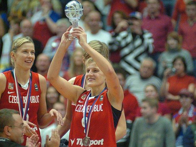 Hana Horáková s trofejí pro vicemistryně světa.