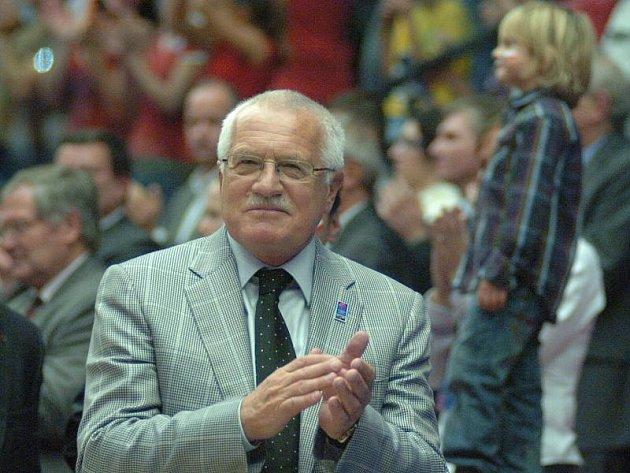 Prezident Václav Klaus si nemohl finálovou bitvu nechat ujít.