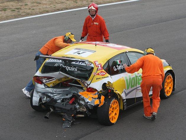 Ze Seatu Gabriele Tarquiniho zbyl po nárazu od Porteirova BMW nepojízdný vrak.