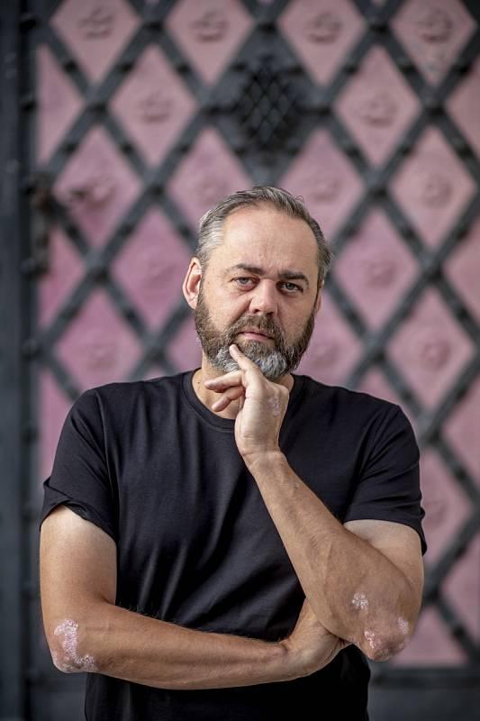 Honza Dědek napsal i námět a scénáře kněkterým dílům pořadu 13. komnata vysílaného Českou televizí, například o Janu Nedvědovi, Borisi Hybnerovi, Michalu Davidovi nebo Bořivoji Navrátilovi.