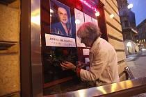 Vinohradské divadlo si připomíná úmrtí svojí herecké legendy Jiřiny Jiráskové. Krátce po oznámení smutné zprávy vyvěsilo dva černé prapory a program ve vitríně před vchodem nahradilo smuteční oznámení.