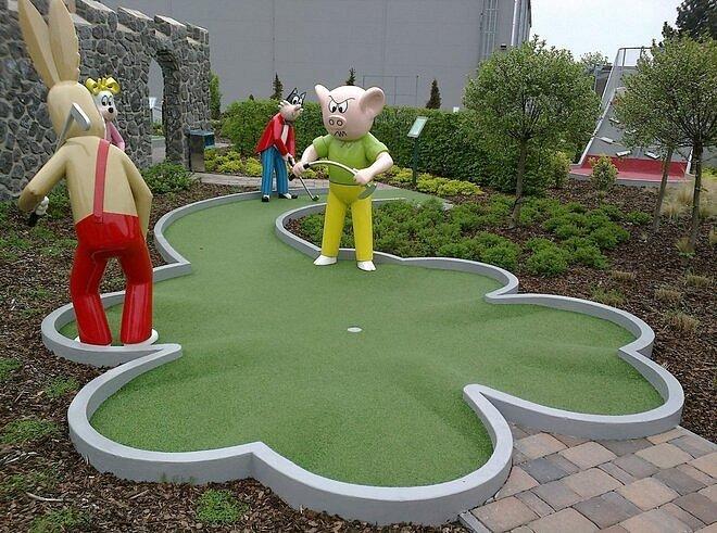 Crazy golf Eden. Berounské osmnáctijamkové golfové hřiště potěší malé návštěvníky hlavně díky postavičkám z pohádkového světa.