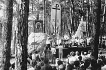 Lesní mše z roku 1984, při níž si lidé připomněli na místě nehody tři roky starou katastrofu i její oběti
