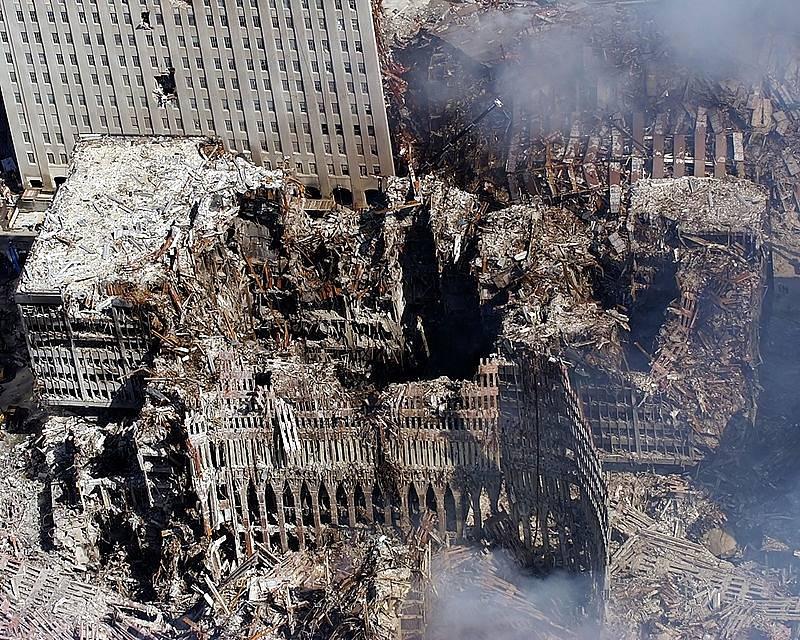 Trosky Světového obchodního centra v New Yorku po teroristickém útoku 11. září 2001.
