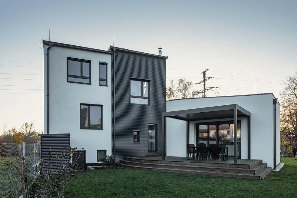 """Obyvatelé domu mají v zadní části přístavby k dispozici """"privátní"""" venkovní terasu s přímým vstupem z interiéru."""