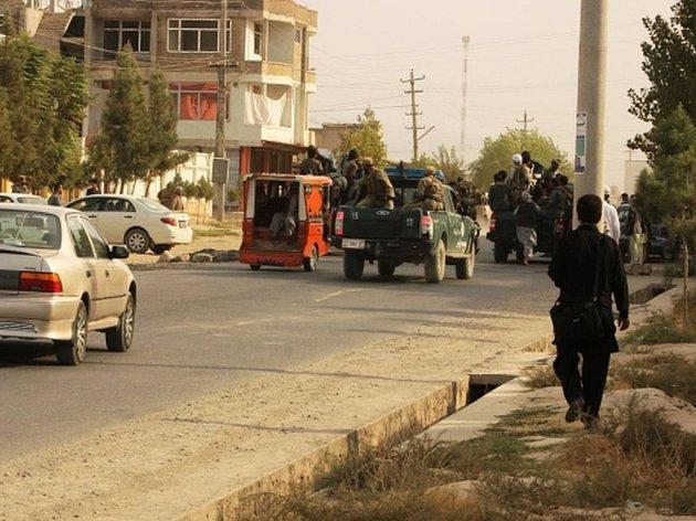 Afghánská armáda zahájila dnes ráno protiútok s cílem dobýt zpět město Kunduz, kterého se v pondělí zmocnili bojovníci radikálního islámského hnutí Taliban.