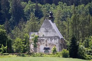 Kostel s hřbitovem ve Velharticích na Klatovsku v západních Čechách.