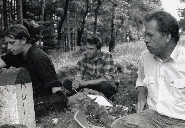 Jáchym Topol (vlevo) a Václav Havel (vpravo) během setkání s polskými odpůrci režimu na Borůvkové hoře 15. srpna 1987.