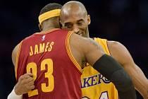 Kobe Bryant v objetí s LeBronem Jamesem