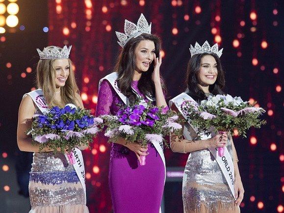 Českou Miss 2015 se stala Nikol Švantnerová z Českých Budějovic (uprostřed). Vlevo je Česká Miss Earth 2015 Karolína Mališová, vpravo Česká Miss World 2015 Andrea Kalousová.