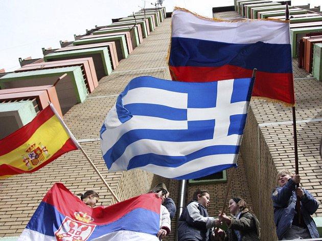 Srbské děti v Kosovské Mitrovici mávají vlajkami Srbska, Španělska, Řecka a Ruska v rámci protestů proti Kosovu.