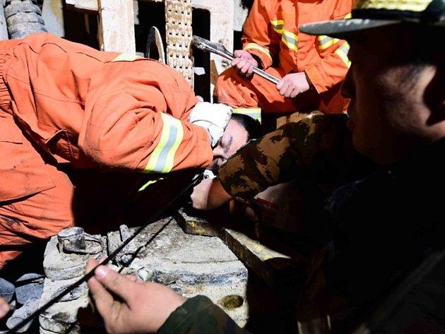 Záchranáři dnes v zavaleném dole na sádrovec na východě Číny nalezli a kontaktovali po pěti dnech od neštěstí osm živých horníků.