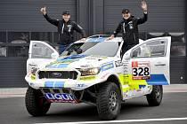 Posádka týmu Ultimate Dakar Racing ve složení pilot Tomáš Ouředníček (vpravo) a navigátor a mechanik David Křípal pózuje se svým závodním monopostem