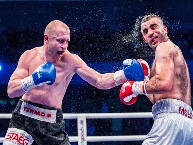 Boxer Lukáš Konečný zasazuje tvrdý úder Moezi Fhimovi v bitvě o titul mistra Evropy organizace WBO ve střední váze.