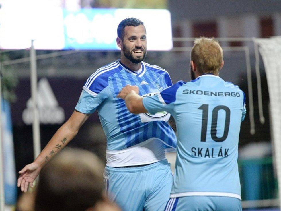Fotbalisté Mladé Boleslavi Lukáš Magera (vlevo) a Jiří Skalák se radují z gólu proti Zlínu.