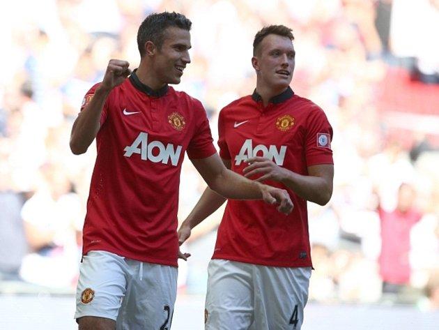 Kanonýr Robin van Persie (vlevo) vystřelil dvěma góly Manchesteru United triumf v anglickém Superpoháru.