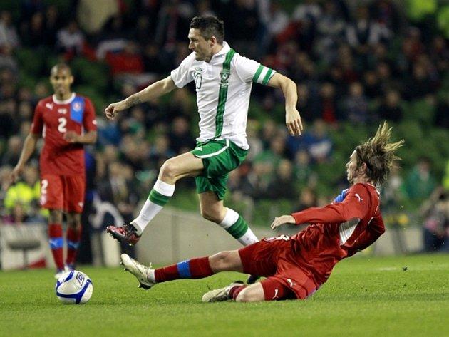 Jaroslav Plašil ve skluzu před Robbie Keanem z Irska.