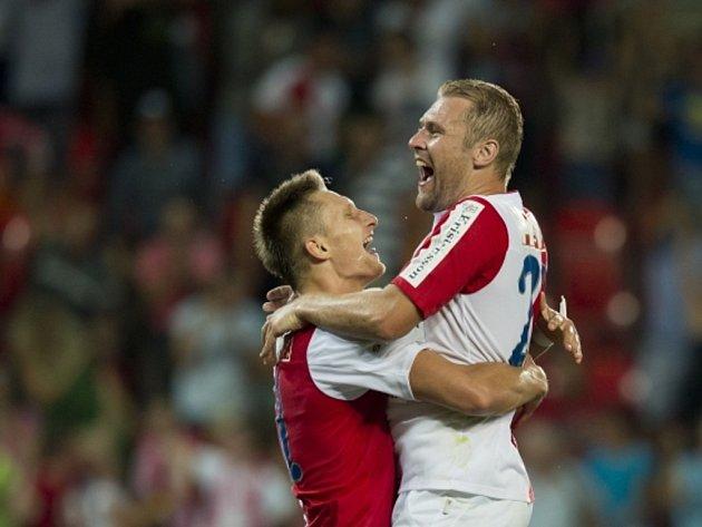 Fotbalisté Slavie Milan Škoda (vlevo) a Karel Piták se radují z gólu proti Liberci.