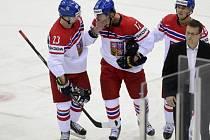 Vladimír Sobotka (uprostřed) opouští led po nebezpečném zákroku Justina Aldelkadera z USA.