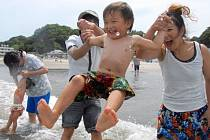 Japonské úřady v pondělí pro plavce otevřely první pláž poměrně nedaleko jaderné elektrárny Fukušima, kterou loni zdevastovalo zemětřesení a následná vlna cunami.