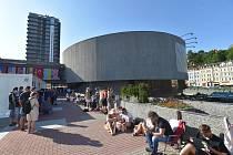 Lidé čekají před hotelem Thermal v Karlových Varech, kde začal 27. června 2019 prodej vstupenek na první dny mezinárodního filmového festivalu