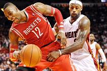 LeBron James z Miami (vpravo) a Dwight Howard z Houstonu.