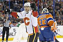Michael Frolík z Calgary se raduje z prvního hattricku v NHL. Zařídil výhru nad Edmontonem.