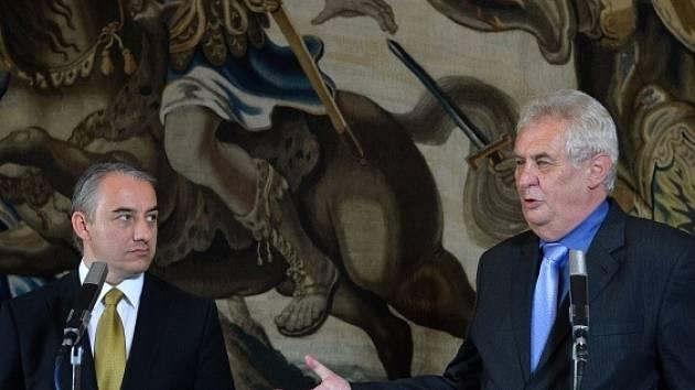 Prezident Miloš Zeman (vpravo) a předseda Českomoravské konfederace odborových svazů Josef Středula vystoupili 21. srpna na tiskové konferenci v Praze.