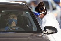 Odběrové místo pro testování na nákazu koronavirem v americkém Phoenixu, 28. července 2020