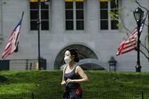 Běžkyně v roušce v newyorském Central Parku, 16. května 2020