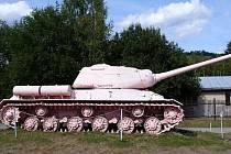 Slavný Růžový tank se opět vrátí do centra Prahy. Od pondělí 20. června bude umístěn na plovoucím pontonu na Vltavě, kam bude převezen z Vojenského technického muzea v Lešanech u Týnce nad Sázavou, kde je nyní vystaven.