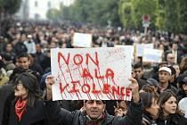 V Tunisku pokračují střety mezi policií a demonstranty, kteří po útěku prezidenta Zína Abidína bina Alího ze země protestují proti staronovým ministrům přechodné vlády.