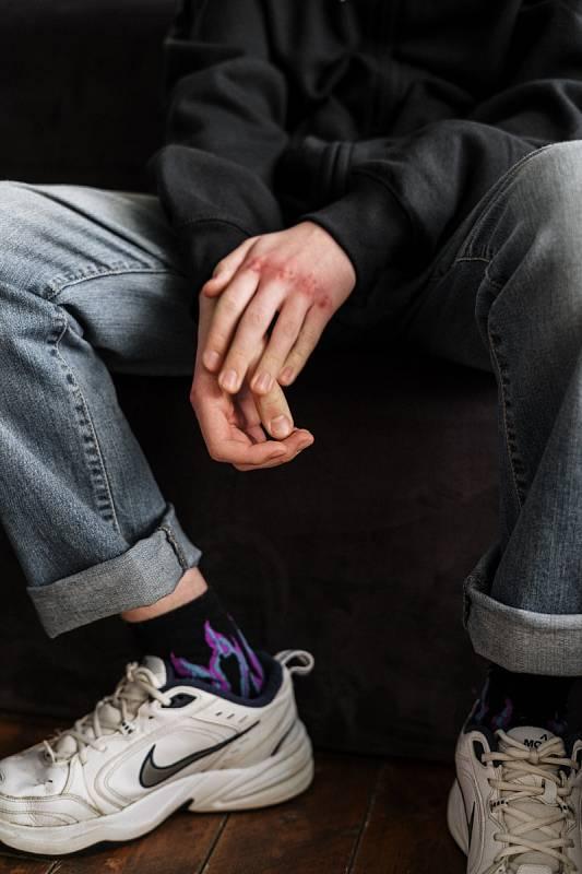 Dětí, které sahají k sebepoškozování a pomýšlí na sebevraždu, přibývá…