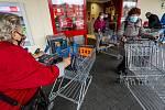 Zákazníci s očíslovanými nákupními vozíky 18. listopadu 2020 u vchodu do hypermarketu v Ústí nad Labem. Od téhož dne platí pro provoz obchodů nová pravidla. Každý zákazník musí mít pro sebe při nákupu plochu 15 metrů čtverečních.