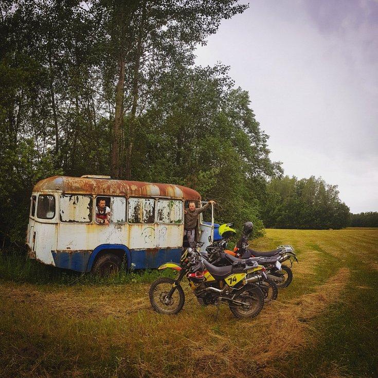 """Aljašský """"magic bus"""" se stal inspirací pro jiná podobná zákoutí ve světě. Tento magický autobus se nachází v Lotyšsku"""