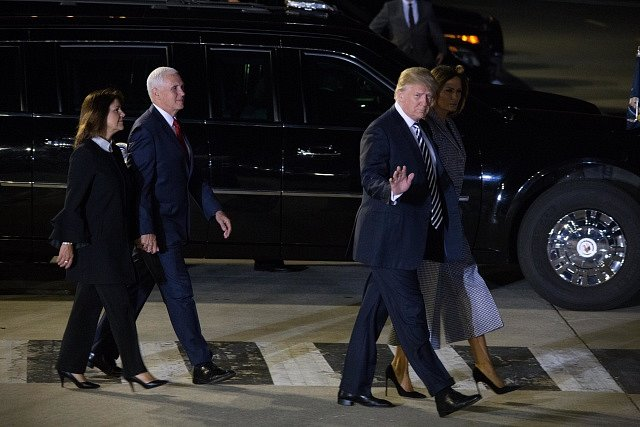 Na propuštěné vězně čekal kromě prezidentského páru i viceprezident Mike Pence