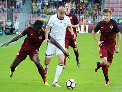 Fotbalisté Sparty (v rudém) proti Fenerbahce Istanbul.