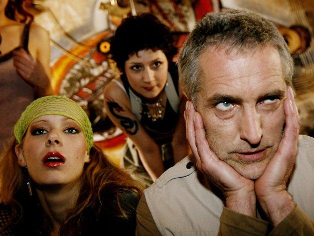 Natáčí se seriál Dobrá čtvrť II. Na snímku staří známí. Zleva Anna Kulovaná (Zuzana), Martha Issová (Katka) a Tomáš Hanák (Ondřej Erhart).
