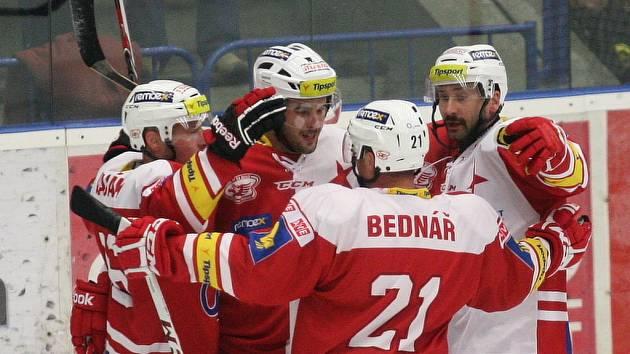 Hokejisté Slavie se radují z gólu proti Zlínu.
