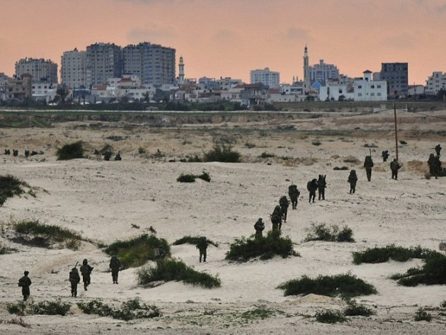 Izraelští vojáci před Gazou.