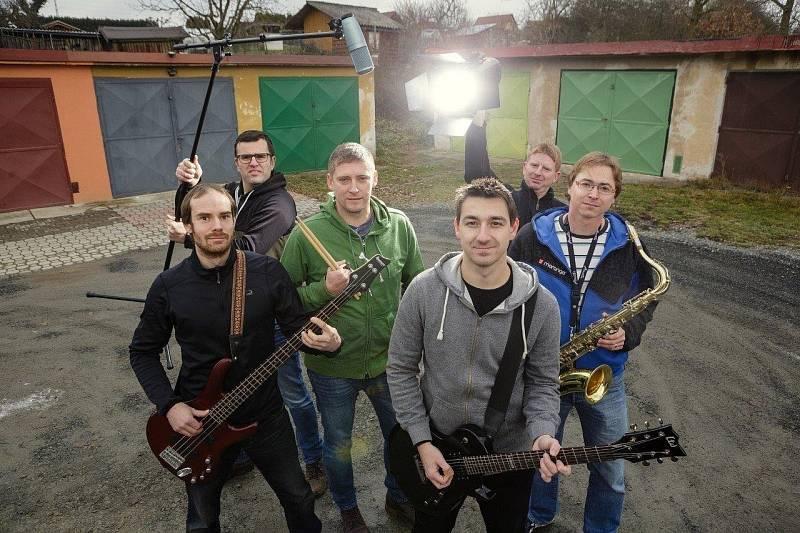 Kapela ProMěNY. Zleva: Jan Poledňák (basa a zpěv), Michal Novák (zvuk), Michal Kuklík (bicí), Jan Zimandl (zpěv a kytara), Ondřej Forman (světla), Jiří Pavelka (dechy, kytara a zpěv).
