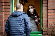 Koronavirus v Česku: Mezi důležitá opatření patří povinné nošení roušek nebo respirátorů.