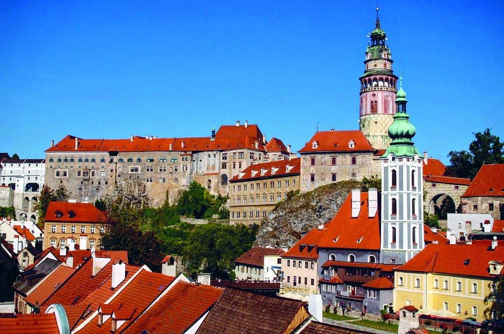 Český Krumlov. Ikonický hrad a zámek usazený na skále, kterou obtéká Vltava, najdete na seznamu památek UNESCO.
