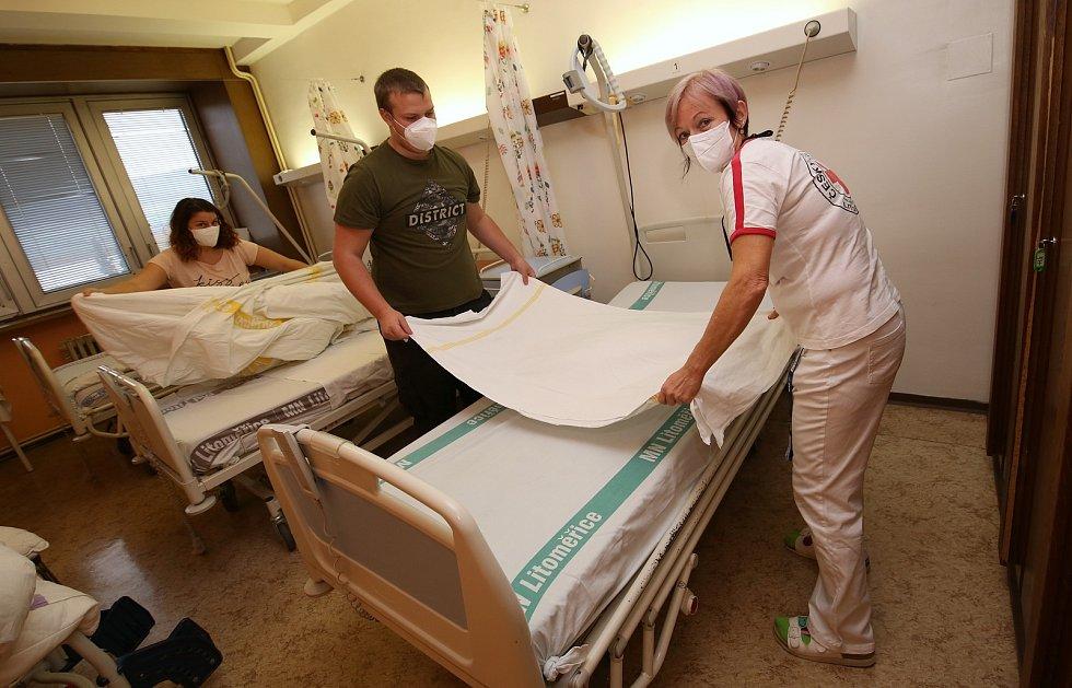 Zdravotní sestry z Litoměřické nemocnice školí dobrovolníky pro práci v nemocnici. Školení pořádá Český červený kříž.