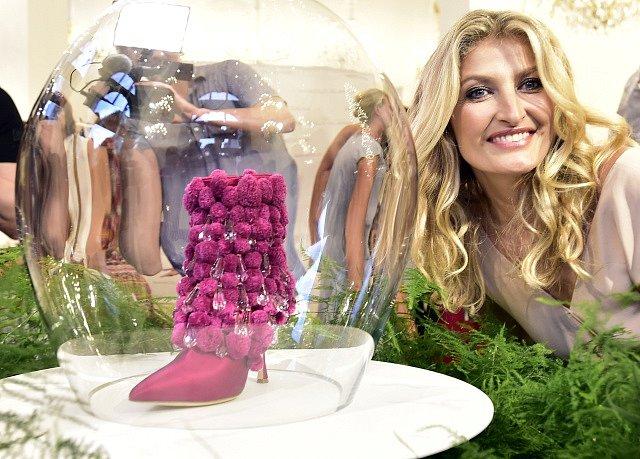 Topmodelka Tereza Maxová odhalila 27. června v Praze pár ručně vyrobených kozaček inspirovaných českým folklorem. Autorem je španělský módní návrhář Manolo Blahnik.