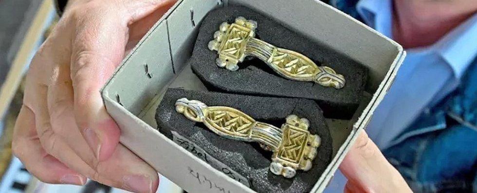 Mezi nálezy z hrobu patří také raně středověké spony ženských šatů
