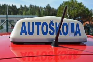 Zkušební komisaři pro autoškoly se chystají od pondělí 19. července vyhlásit zatím časově neomezenou stávkovou pohotovost.