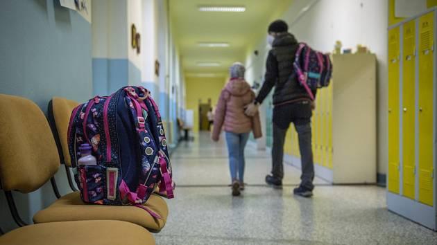 Chodba základní školy. Ilustrační snímek
