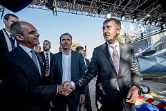 Premiér Andrej Babiš a předseda představenstva Aera Vodochody Giuseppe Giordo. V pozadí Marek Dospiva, zakladatel skupiny Penta.