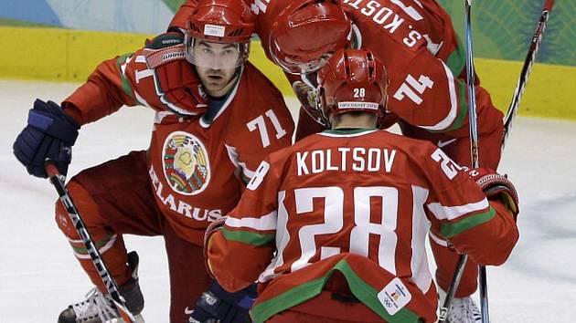 Běloruská radost. Na snímku vlevo střelec dvou branek Alexej Kaljužnyj, gratuluje mu Sergej Kosticyn a Konstantin Kolcov.